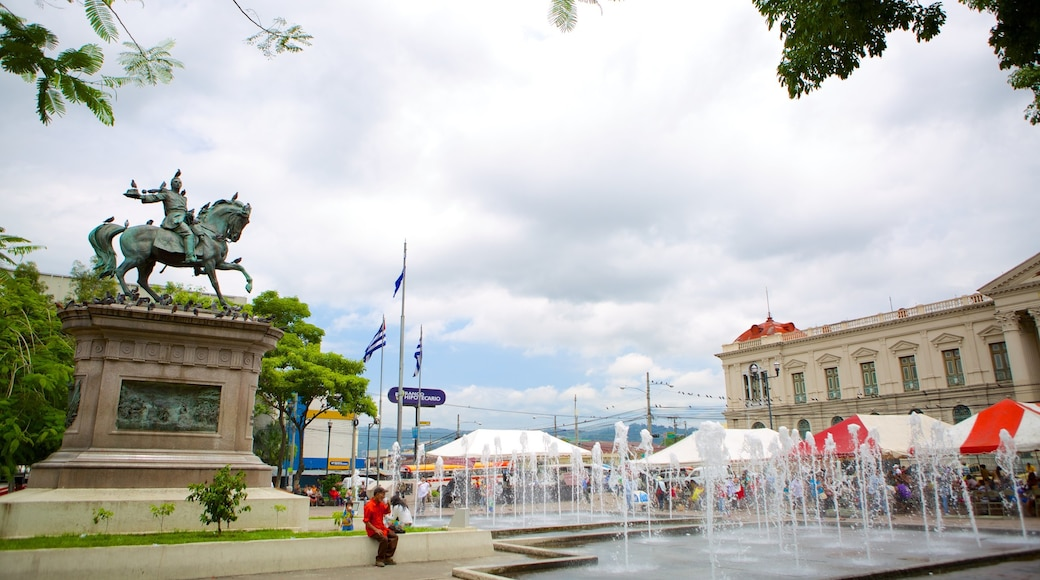Plaza Geraldo Barrios featuring a statue or sculpture, a fountain and a square or plaza