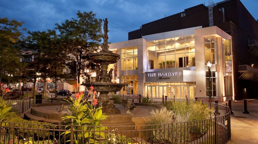 Worcester que incluye escenas de noche, arquitectura moderna y una fuente