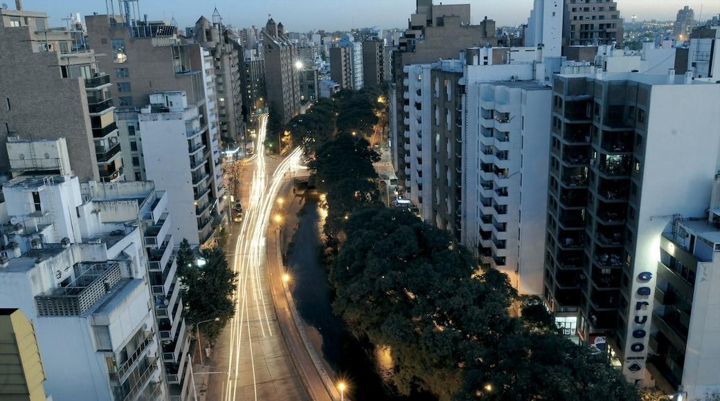 Cordoba que inclui cenas noturnas, paisagem e uma cidade