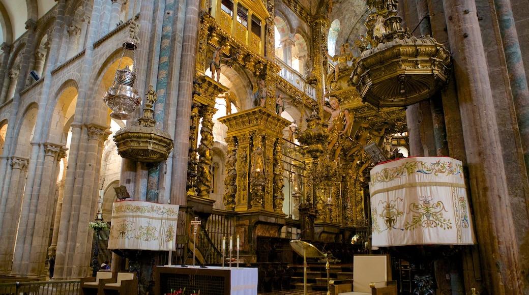 Catedral de Santiago de Compostela bevat religieuze elementen, een kerk of kathedraal en interieur