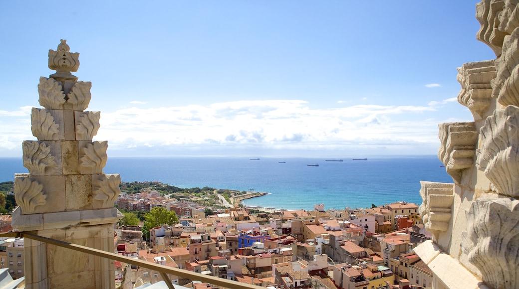 Kathedrale von Tarragona mit einem Landschaften und Küstenort