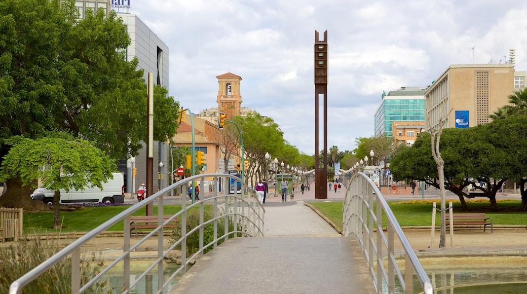Plaza Imperial Tarraco welches beinhaltet Brücke und Straßenszenen