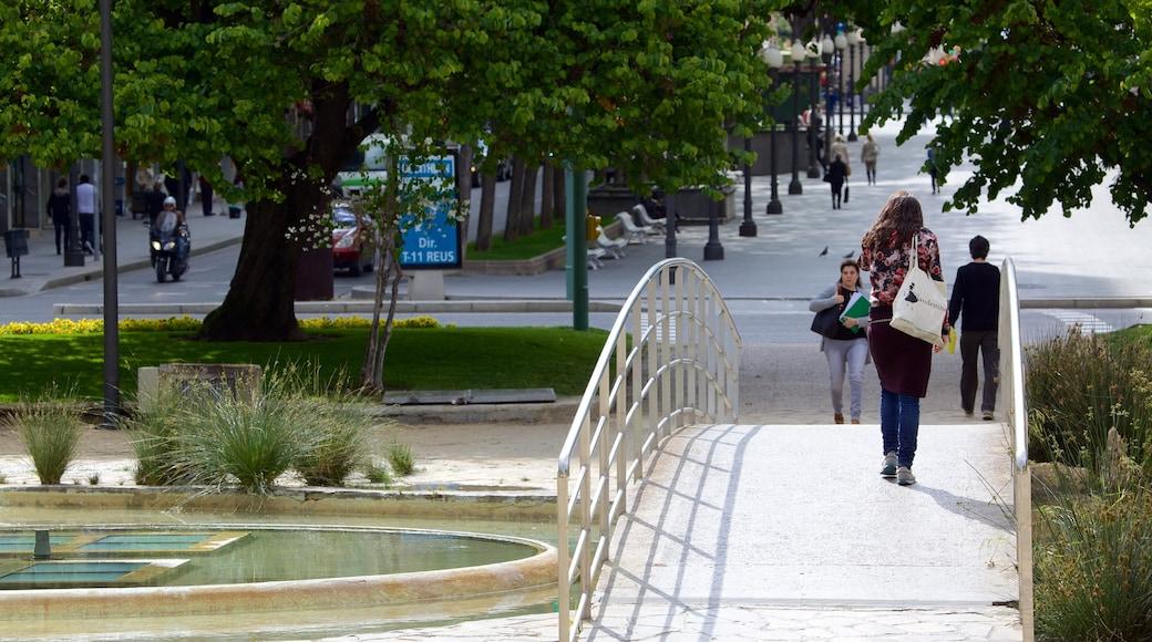 Plaza Imperial Tarraco mit einem Brücke und Straßenszenen sowie kleine Menschengruppe