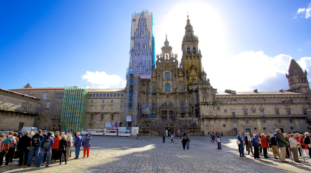 Plaza del Obradoiro mostrando arquitectura patrimonial, una ciudad y una iglesia o catedral