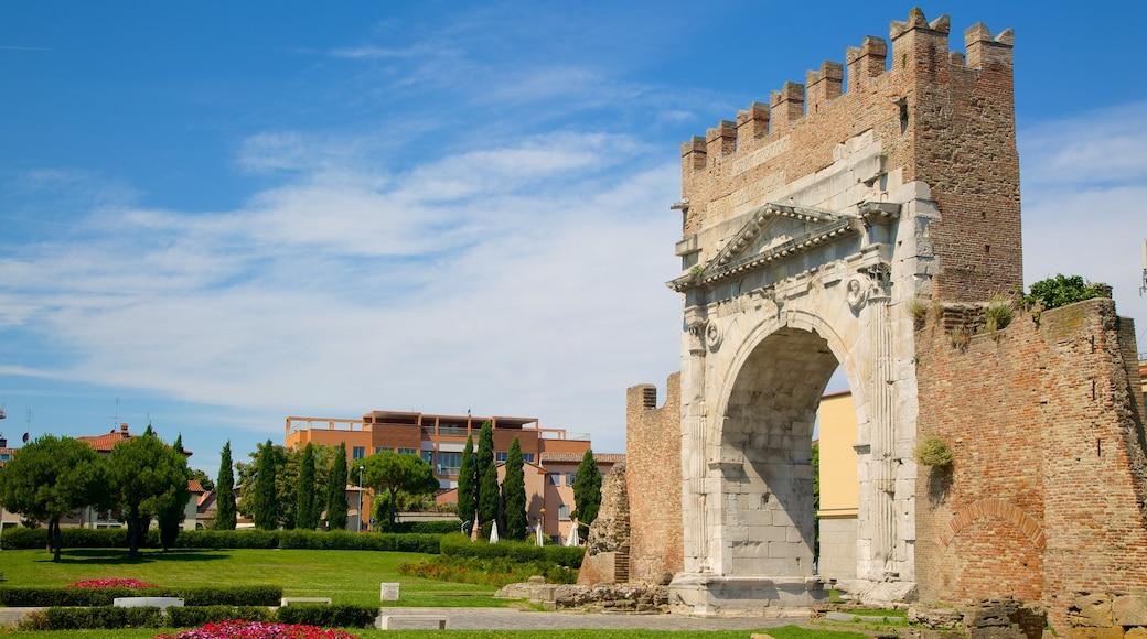 Arco de Augusto que incluye elementos patrimoniales y una ruina