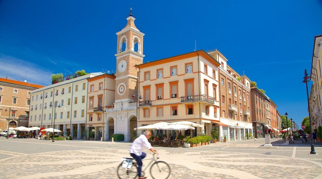 Piazza Tre Martiri che include piazza, bicicletta e strade