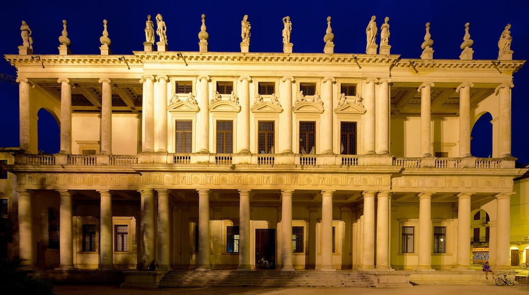Palazzo Chiericati che include paesaggio notturno, architettura d\'epoca e castello