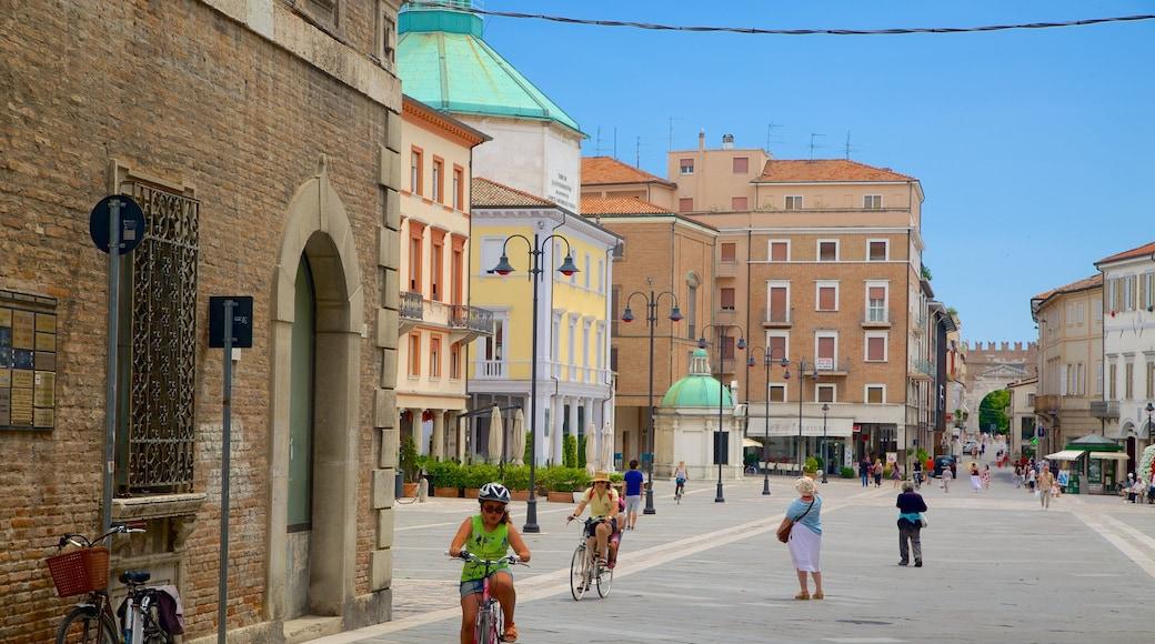 Piazza Tre Martiri che include strade, città e piazza