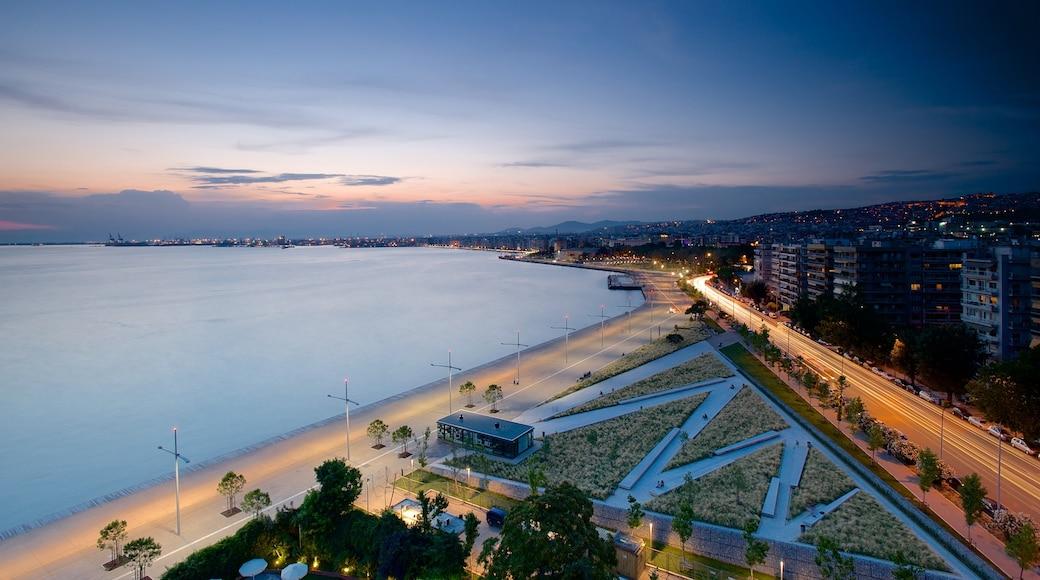 Thessaloniki welches beinhaltet Sonnenuntergang, allgemeine Küstenansicht und Stadt