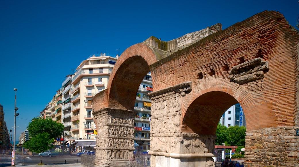Boog van Galerius inclusief historisch erfgoed, vervallen gebouwen en historische architectuur