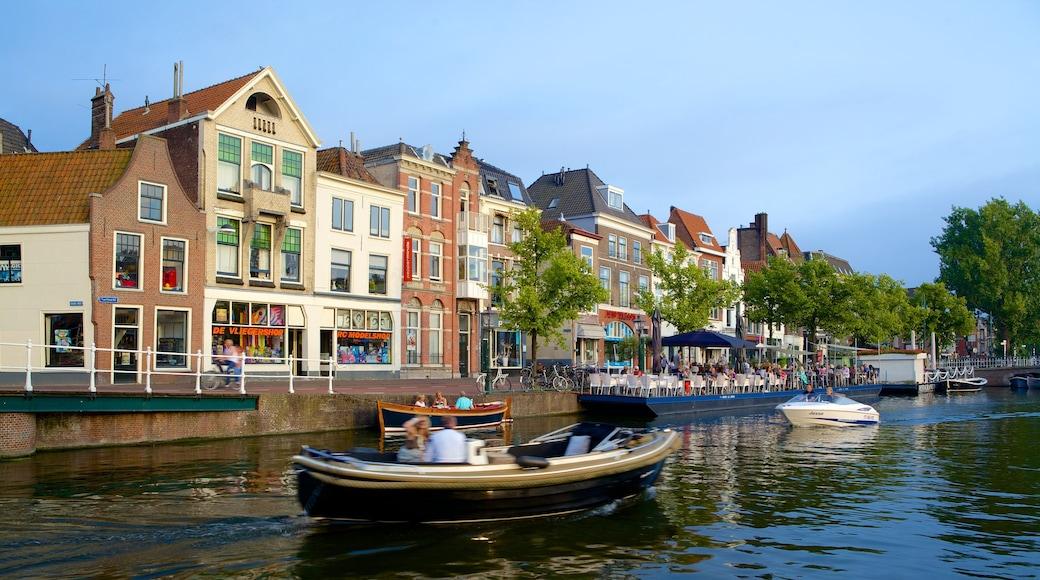 Beestenmarkt mettant en vedette ville côtière, navigation et rivière ou ruisseau