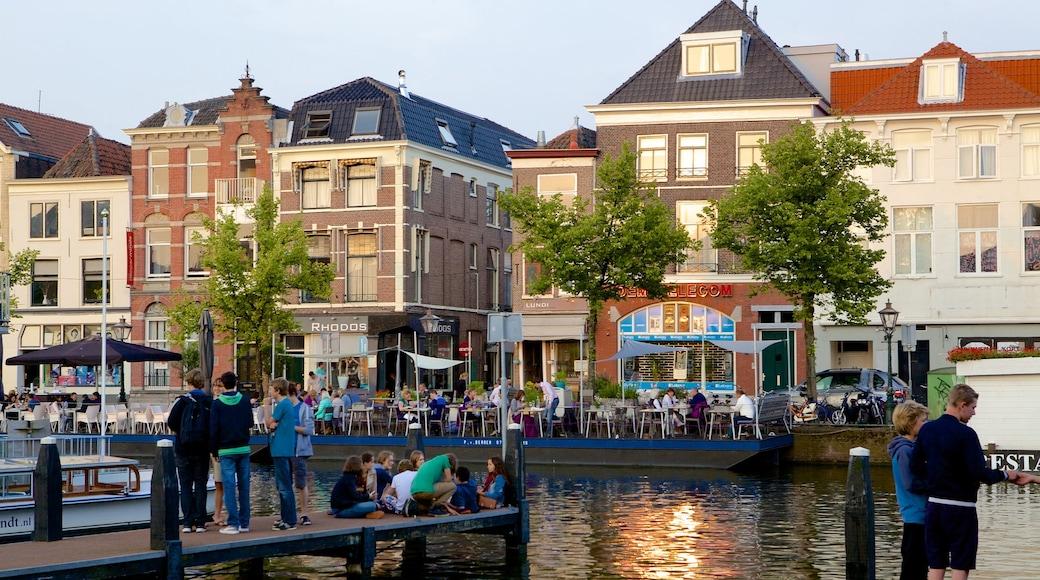 Beestenmarkt bevat een klein stadje of dorpje en een rivier of beek en ook een grote groep mensen