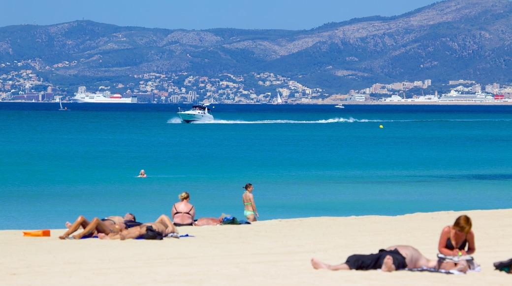 Palma de Mallorca ofreciendo una playa de arena y también un grupo pequeño de personas