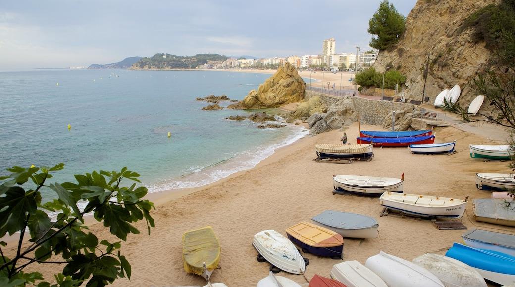 Plage de Lloret de Mar mettant en vedette panoramas, plage et navigation