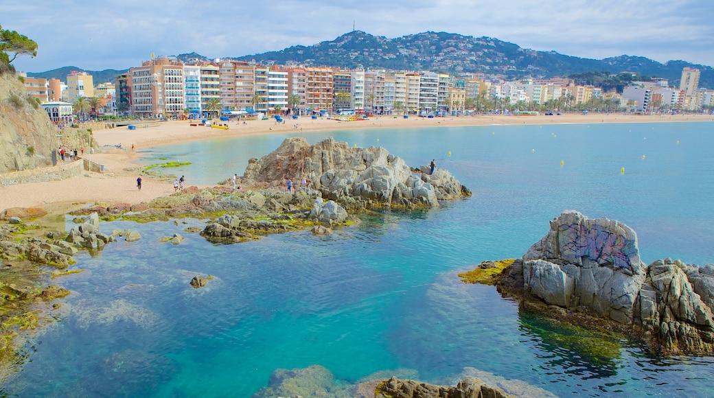 Sant Joan-slottet presenterar landskap, klippig kustlinje och en kuststad