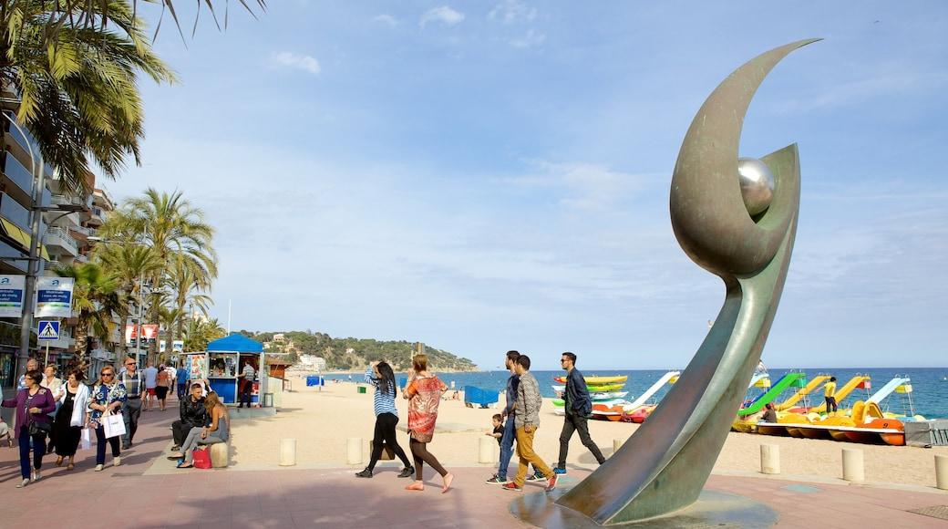 Plage de Lloret de Mar montrant scènes de rue, art en plein air et vues littorales