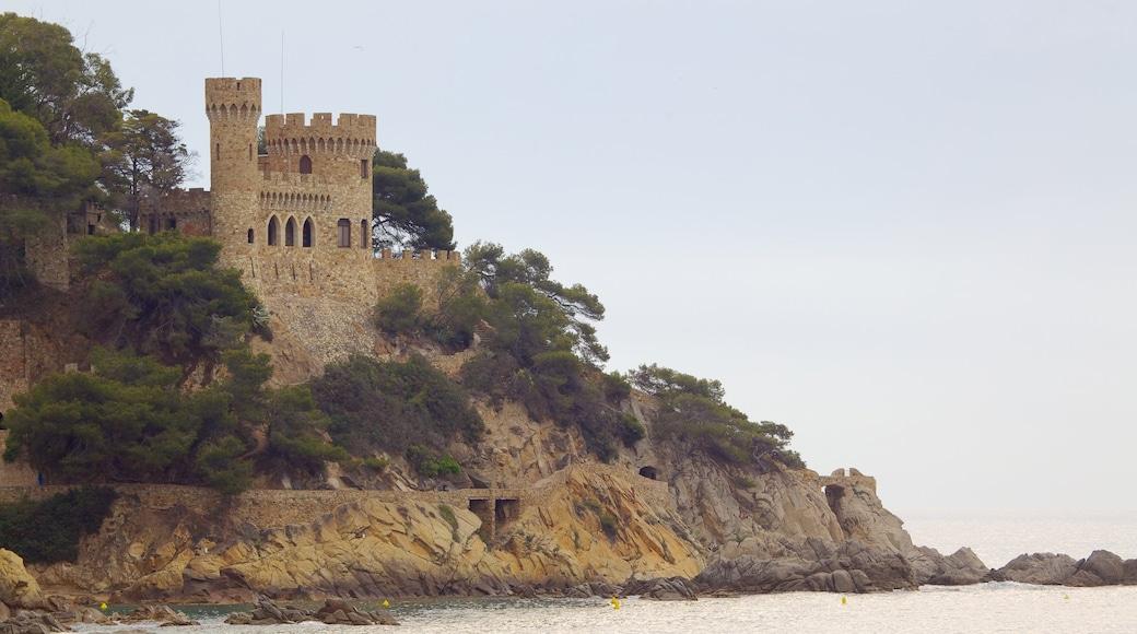 Plage de Lloret de Mar montrant château et côte escarpée
