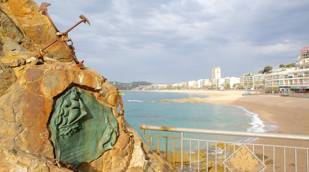 Plage de Lloret de Mar mettant en vedette plage de sable et art en plein air