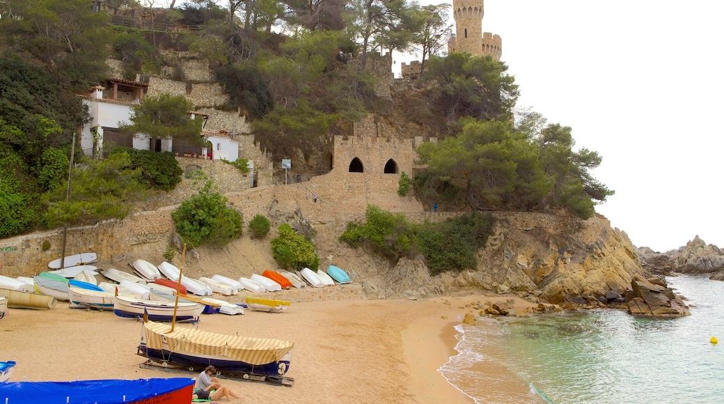 Plage de Lloret de Mar montrant plage et château
