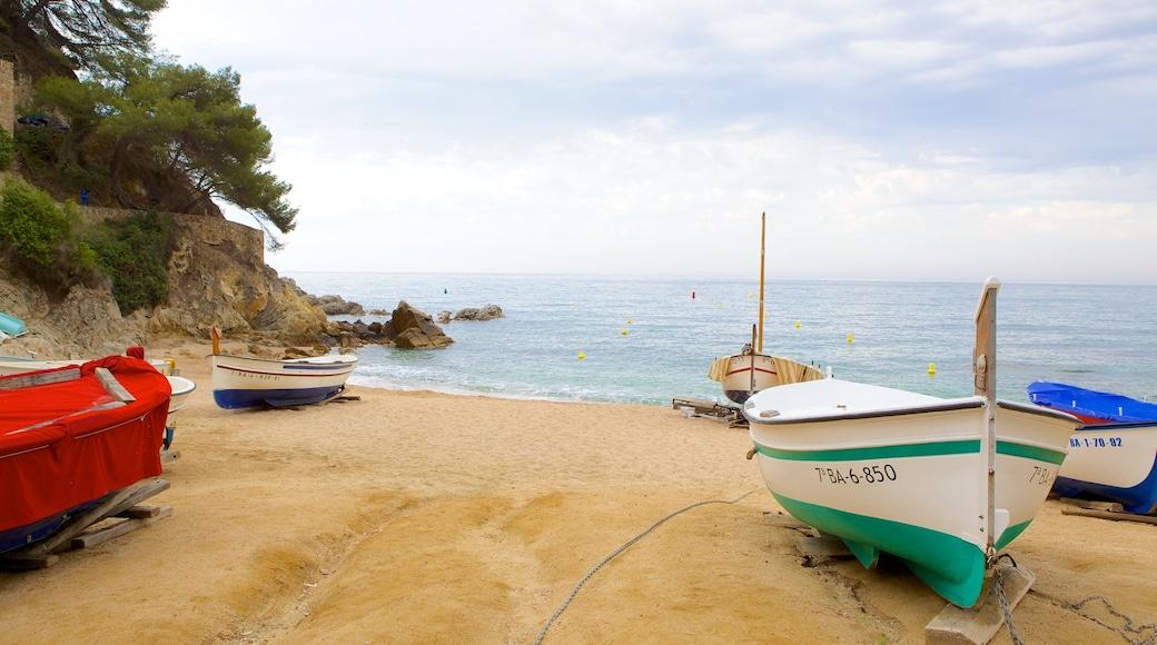 Lloret de Mar Strand das einen Strand und Bootfahren