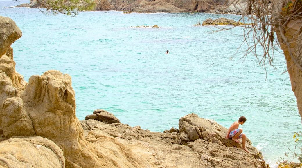 Strand van Treumal inclusief rotsachtige kustlijn en ook een kind