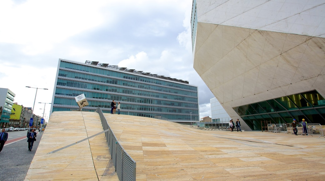 Casa da Musica som inkluderer gatescener og moderne arkitektur
