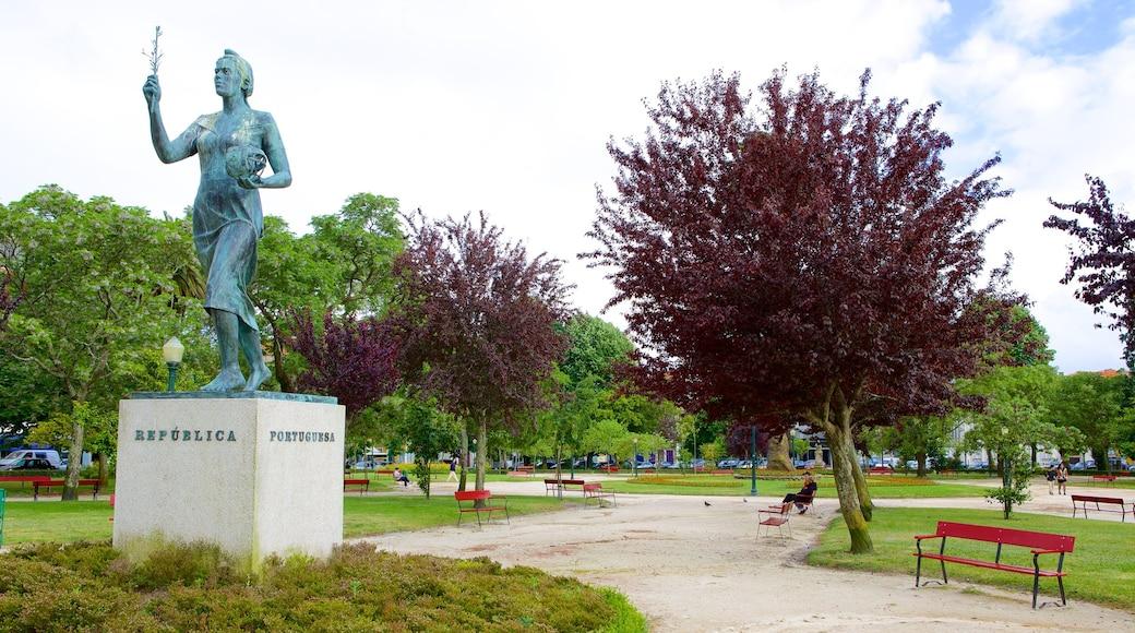 Praça da Republica que incluye una estatua o escultura, un jardín y arte al aire libre