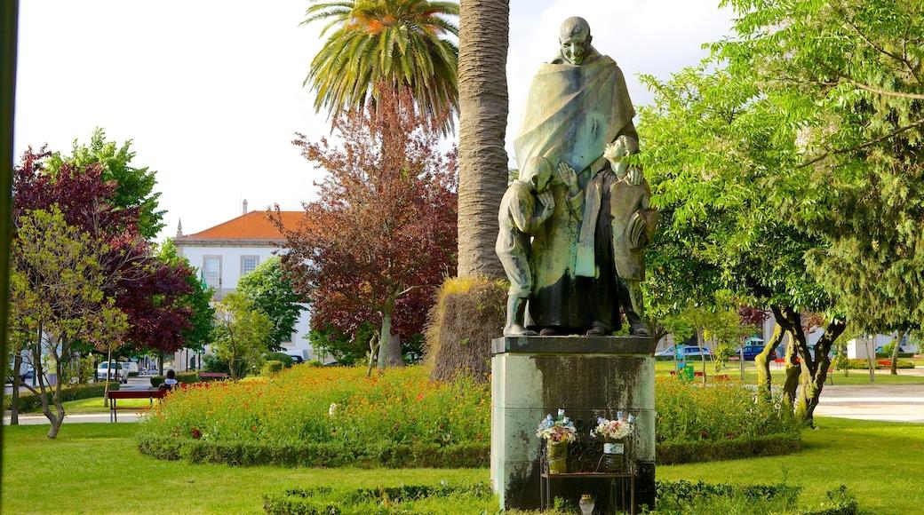 Praça da Republica que incluye un parque, un pueblo y una estatua o escultura