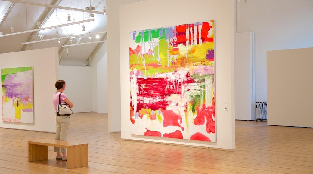 Museu Paul Klee que inclui arte e vistas internas assim como uma mulher sozinha