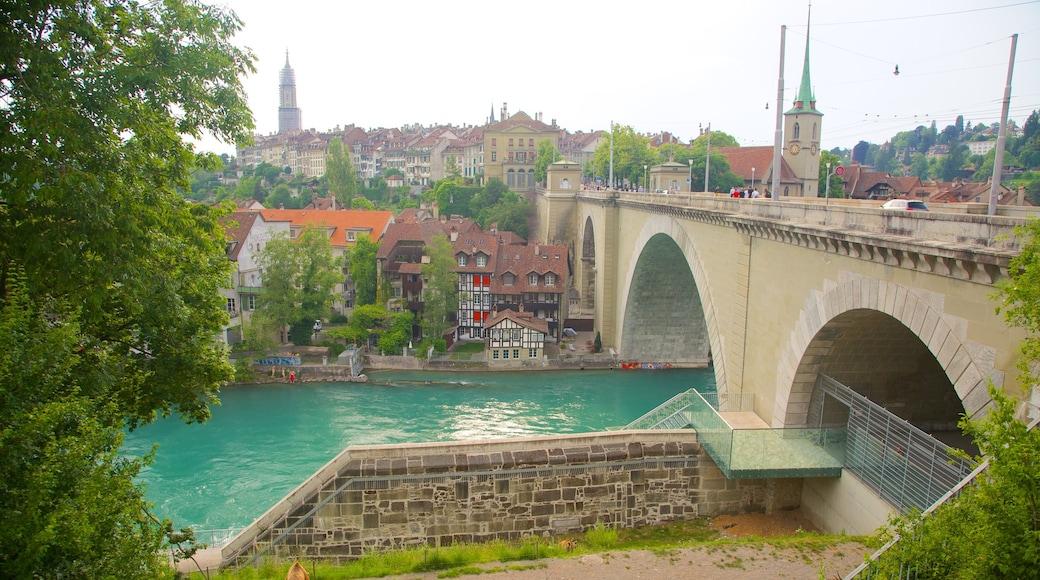 Fosa de los osos mostrando un pueblo, un puente y un río o arroyo