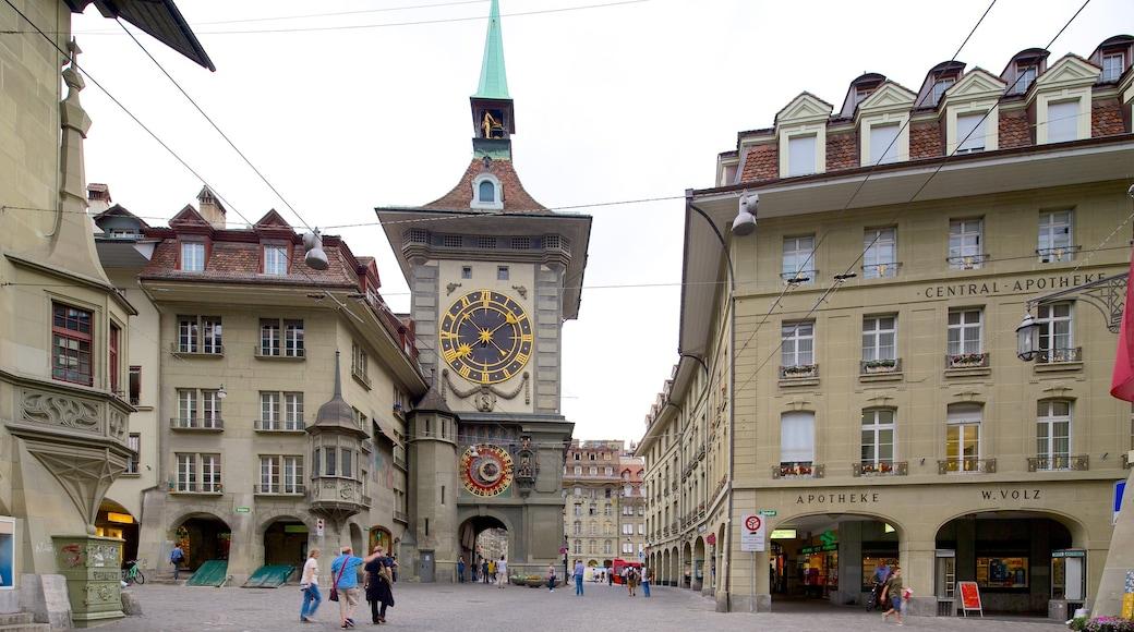 Zeitglockenturm que inclui cenas de rua