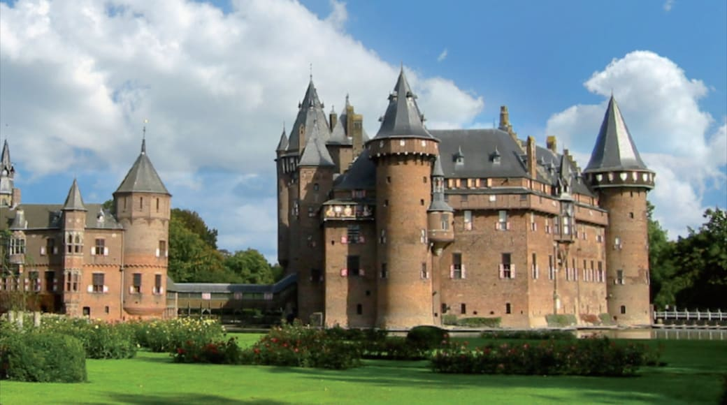 Utrecht showing château or palace, heritage architecture and a park