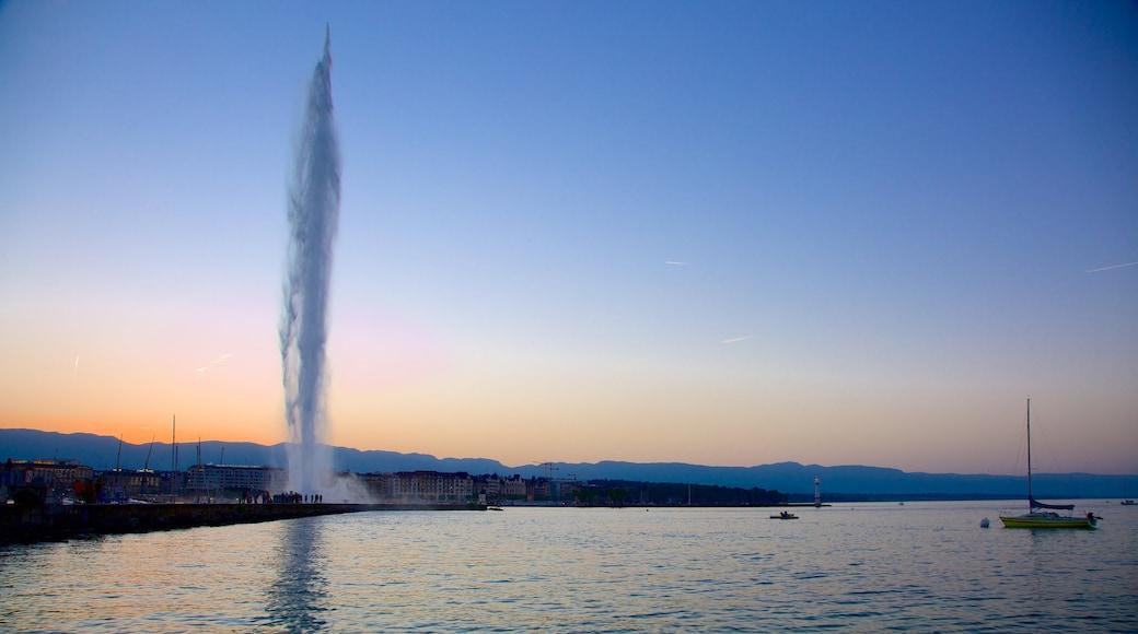 Fuente Jet d\'Eau que incluye una fuente, un lago o laguna y un atardecer