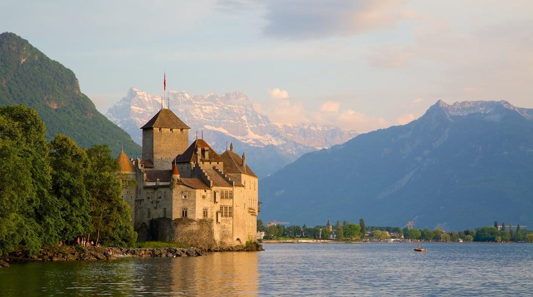 Chateau de Chillon mostrando um pequeno castelo ou palácio e um lago ou charco
