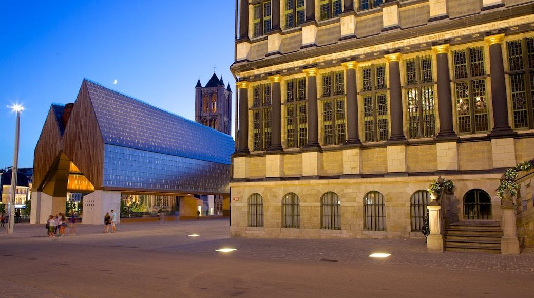 Gent Rathaus mit einem historische Architektur, bei Nacht und Straßenszenen