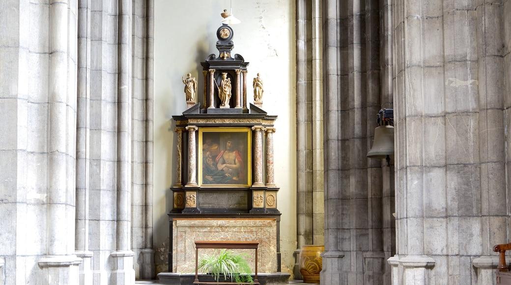Sint-Pauluskathedraal toont een kerk of kathedraal, historische architectuur en religieuze aspecten