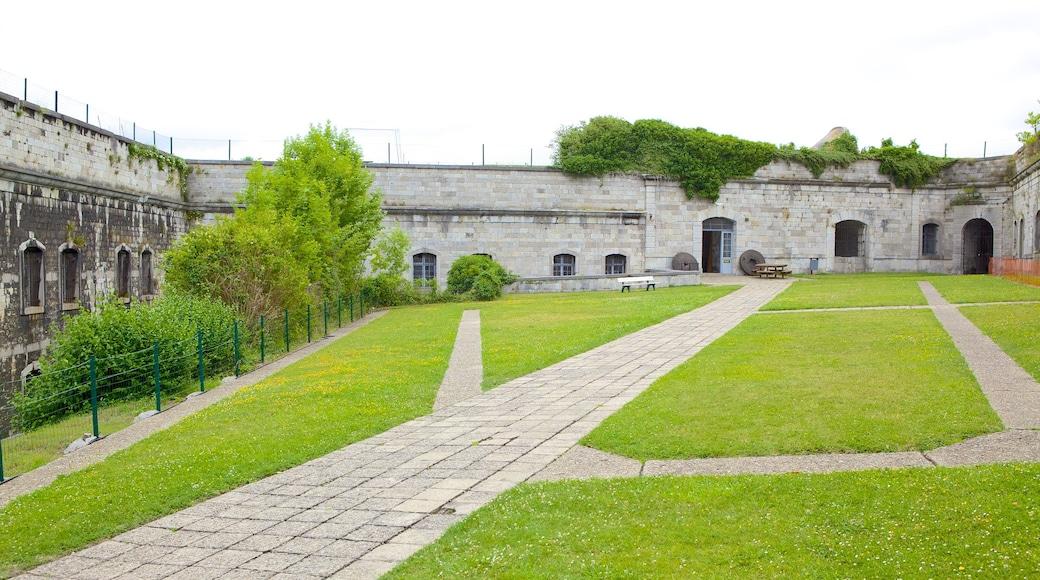 Fort van Huy toont historische architectuur, een tuin en kasteel of paleis