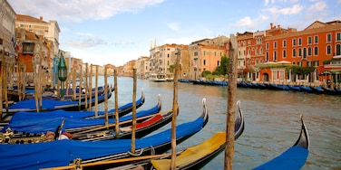 Grand Canal which includes a city and heritage architecture
