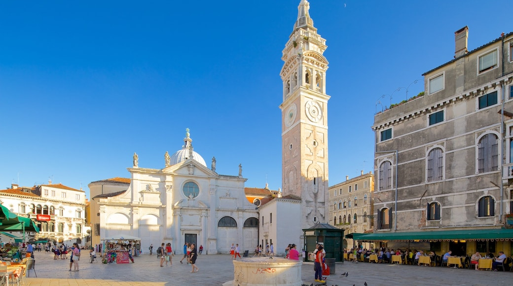 Castello que incluye patrimonio de arquitectura y un parque o plaza