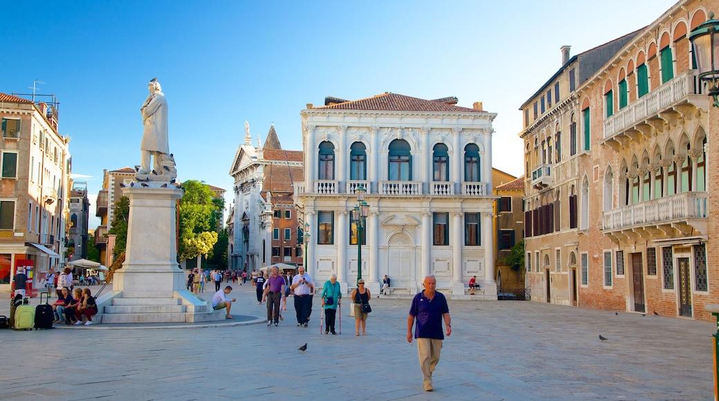 聖馬可 设有 廣場, 雕像或雕塑 和 小鎮或村莊
