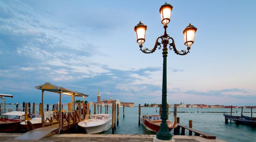 聖馬可 呈现出 夕陽 和 海灣或海港