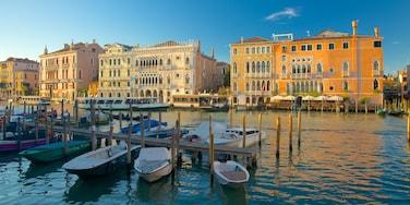 San Polo que incluye una bahía o un puerto y arquitectura patrimonial