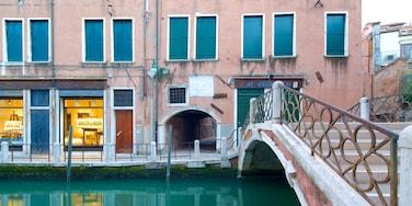Dorsoduro que incluye un puente y un río o arroyo