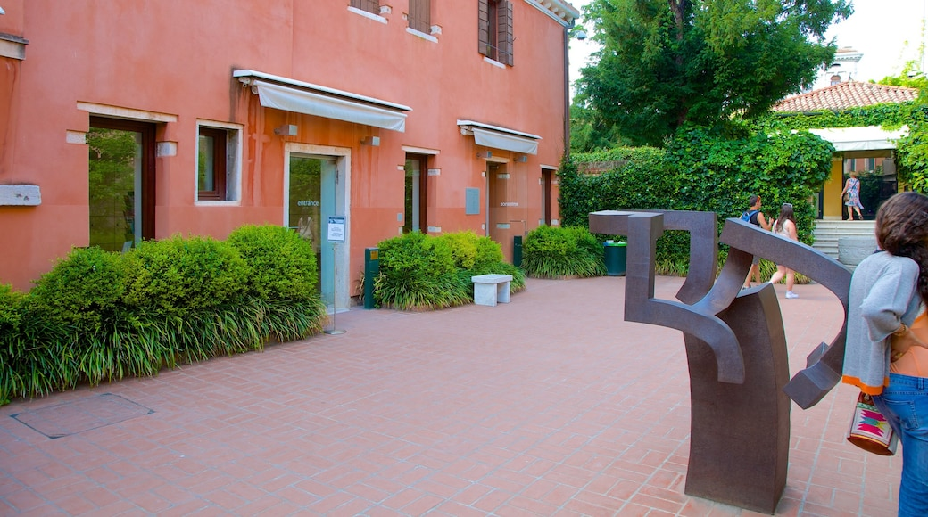 Peggy Guggenheim Museum which includes outdoor art