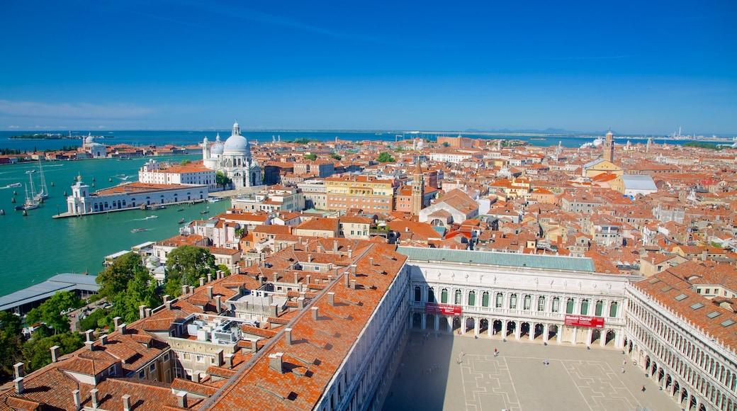 Campanario de San Marcos ofreciendo patrimonio de arquitectura y una ciudad costera