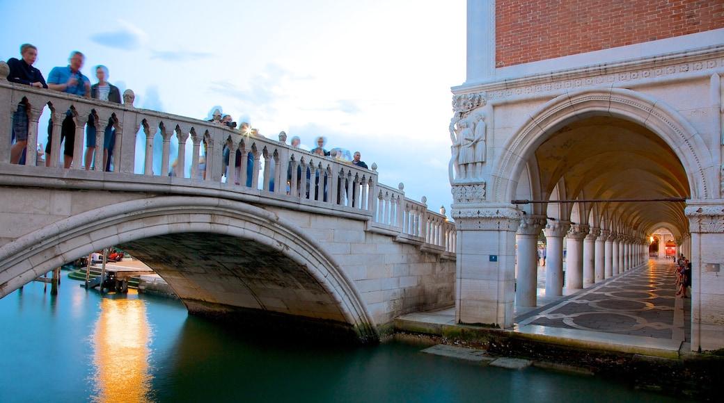 Seufzerbrücke welches beinhaltet Brücke, historische Architektur und Fluss oder Bach