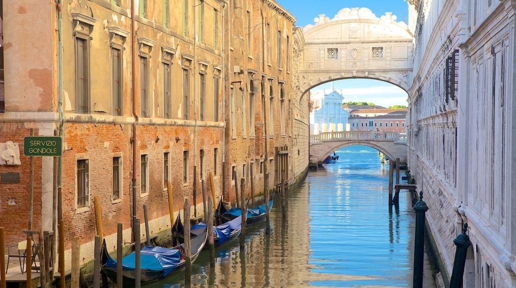Seufzerbrücke mit einem Fluss oder Bach und historische Architektur