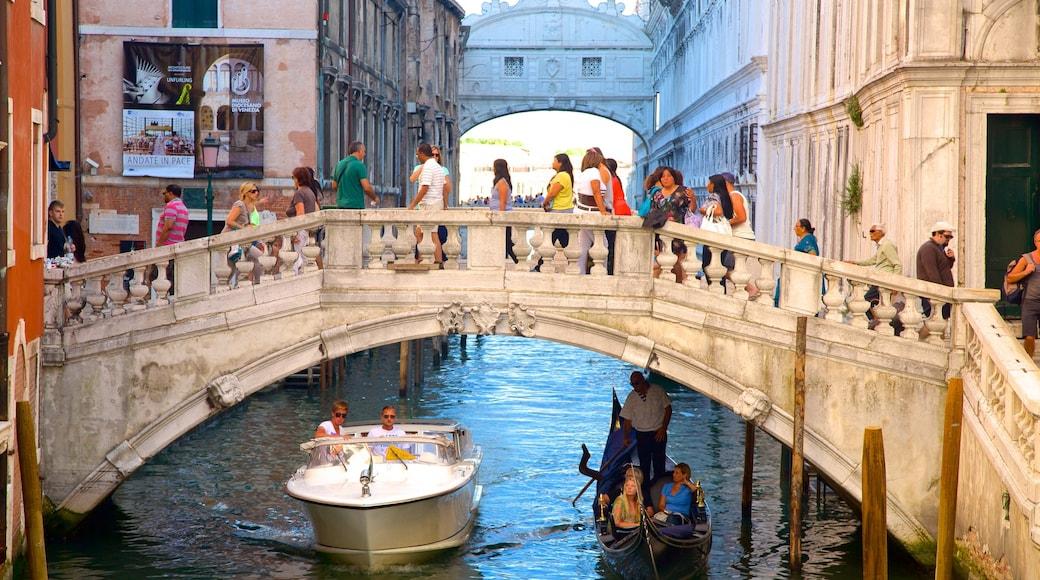 Seufzerbrücke mit einem Brücke und historische Architektur sowie große Menschengruppe