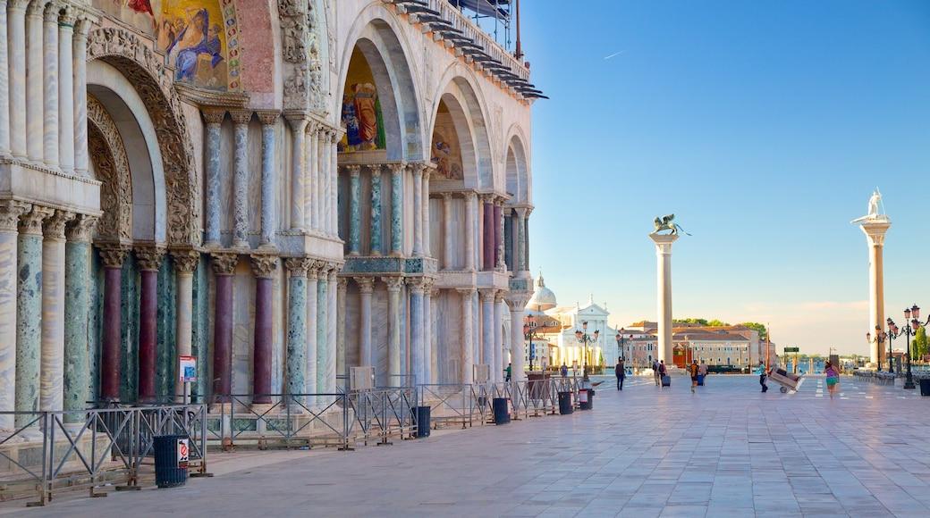 Basílica de San Marcos ofreciendo patrimonio de arquitectura