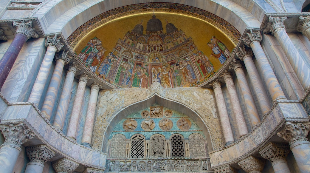 Basílica de San Marcos ofreciendo aspectos religiosos, una iglesia o catedral y patrimonio de arquitectura
